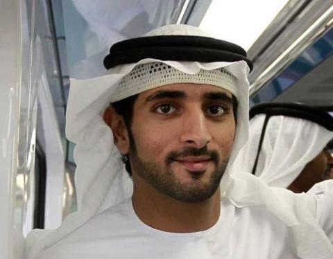 Наследный принц Дубая помог вытащить застрявшую в песках фуру