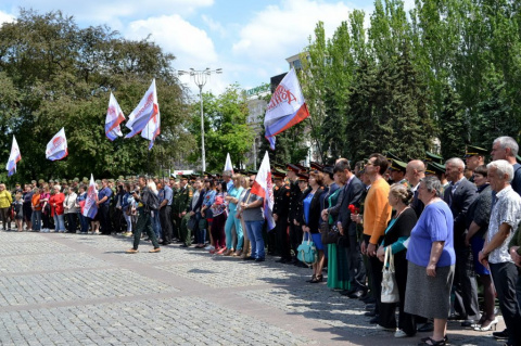Жители ДНР почтили память погибших в первый день авианалета ВСУ на Донецк, выпустив в небо воздушные шары
