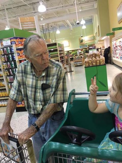 Интересный случай  в супер маркете девочки с пожилым человеком.