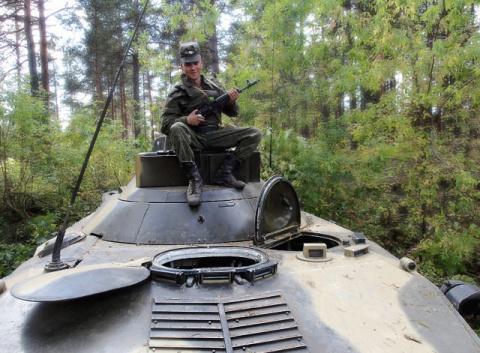 На броне..мой внук служит в ВДВ..