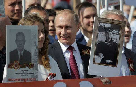 Националисты в шоке: прикинувшись российскими репортерами, они узнали у участников «Бессмертного полка» в Киеве, что те ждут Путина