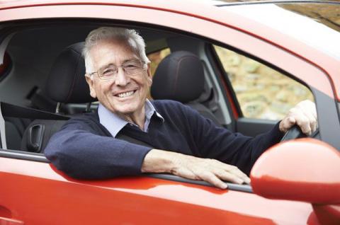 За рулём пенсионер. Каким должен быть предельный возраст водителя?