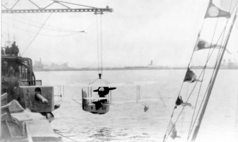 Подъем гидросамолета КР-1 («Heinkel» HD-55) на борт советского легкого крейсера Черноморского флота «Червона Украина» (до 26 декабря 1926 года «Адмирал Нахимов»).