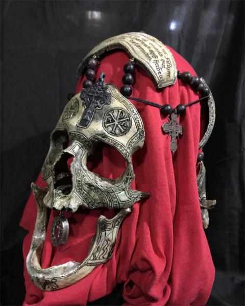 Резьба по кости: художник работает с настоящими человеческими черепами