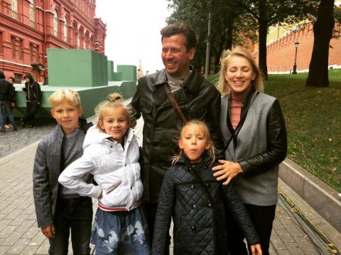 Актера Андрея Мерзликина жена бросила на произвол судьбы одного с четырьмя детьми