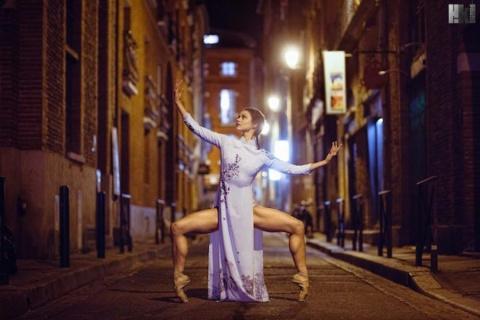 Эротичные исполнители, застывшие в танце