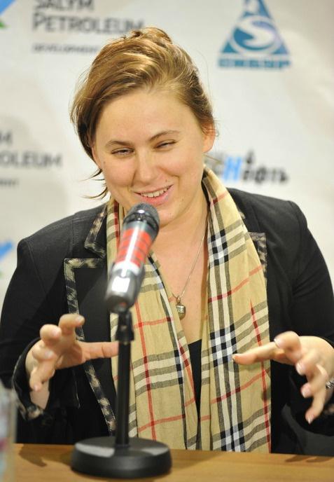 Судя по жесту, в четверьфинале Кубка Мира по шахматам Юдит Полгар намерена что-то сделать с Петром Свидлером