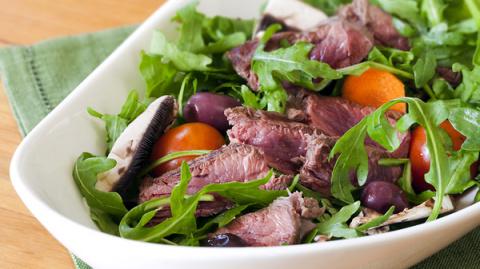Мясной салат с помидорами че…