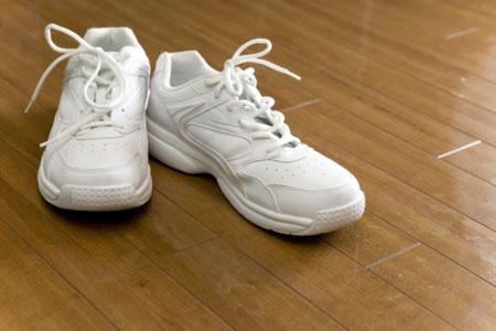 Как почистить кроссовки белого цвета