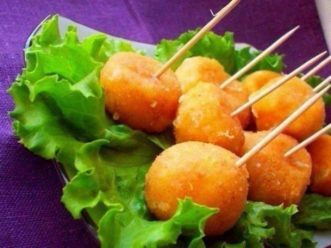 Вкусный сырные шарики жарены…