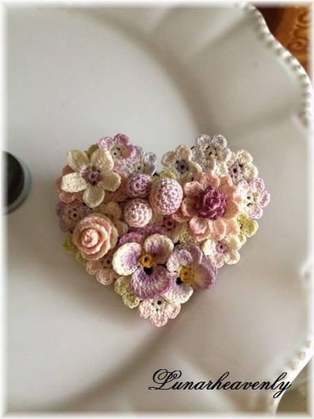 """Украшение из вязаных цветов """"Сердце"""""""
