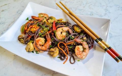 Чёрная лапша с креветками и овощами