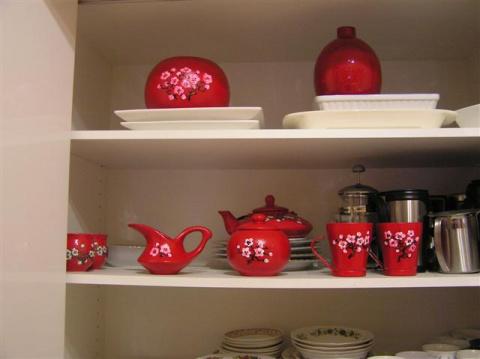 Уже стоит посуда в шкафу на кухне!