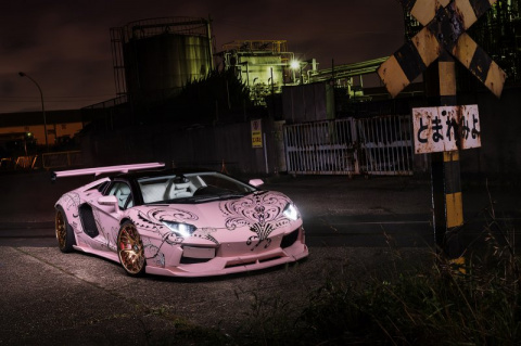Розовый Lamborghini Aventador со стразами