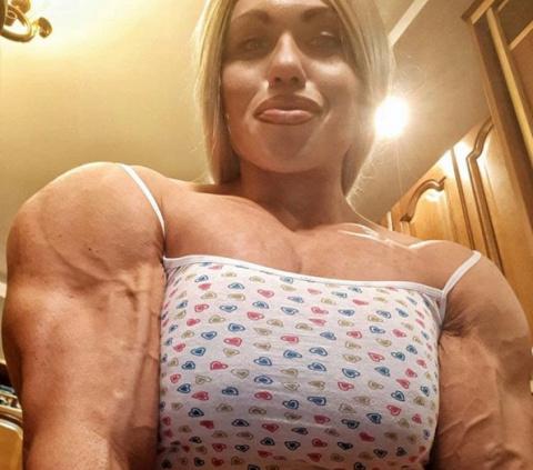 Женщина-базука: культуристка из России бьет рекорды на помосте и в соцсетях