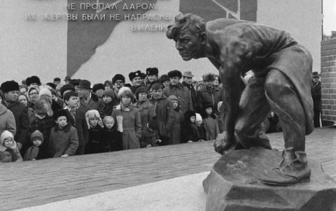 Тем временем: В Киеве снесли памятник «Булыжник - оружие пролетариата»