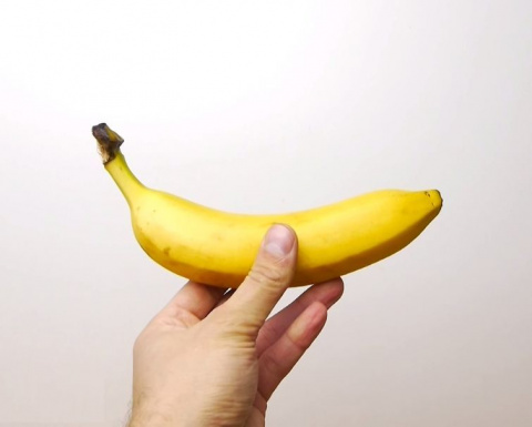 Как нарезать банан, прежде чем очистить его от кожуры