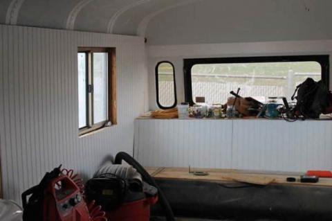 Семья с 4 детьми превратила школьный автобус в невероятный дом на колесах