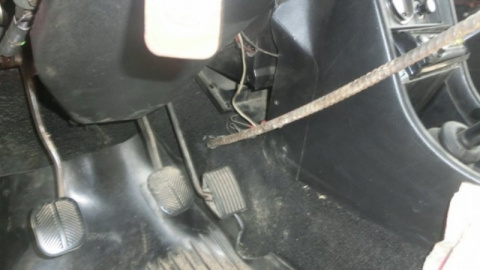 Торчащая из земли арматура проткнула автомобиль и руку водителя
