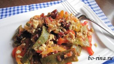 Зелёное лобио (стручковая фасоль) с томатами и орехами
