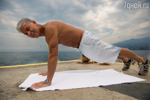 65-летний Олег Газманов прод…