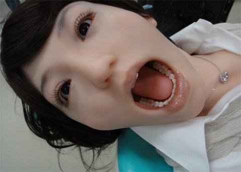 """Но чего же она с открытым ртом? Рот-то ей закройте!"""""""