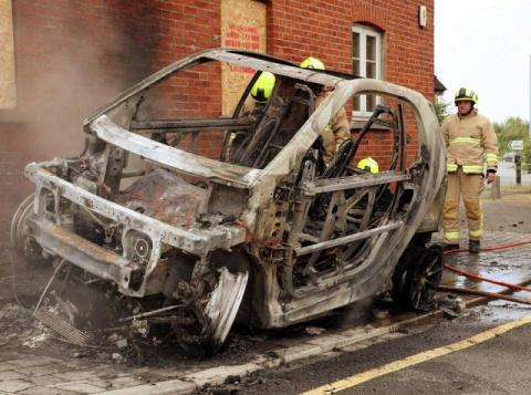 Электрический Smart полностью сгорел во время подзарядки