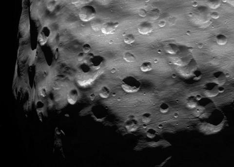 NASA показало «царапины» на Эпиметее