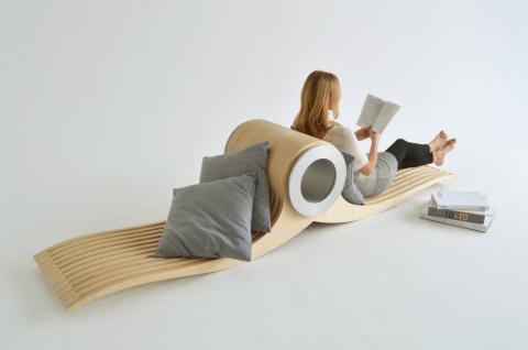 Это стул - на нем лежат