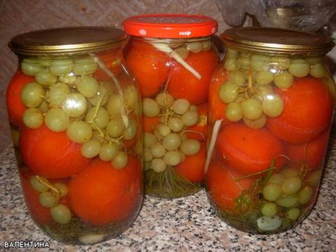 Помидоры с виноградом (без уксуса)