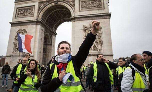 Хаос во Франции: в Париже против «Желтых жилетов» применили спецсредства