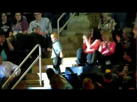 Танец малыша заставил целый стадион ликовать