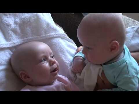 Младенцы разговаривают друг с другом