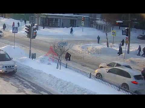 Беспредел! В Ярославле водитель специально сбил поскользнувшуюся на переходе женщину