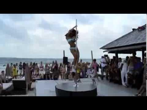 Самый красивый танец на пилоне. Красотка на берегу моря набрала миллионы просмотров в Сети