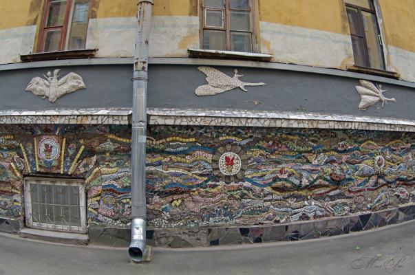 Водосточный минимализм на фоне мозаики