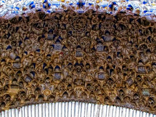 Потолок дворцового комплекса Альгамбра.