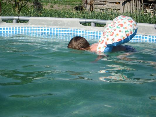 Сынок учится нырять.