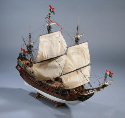Модель голландского парусного корабля от мастерской Верфь на столе