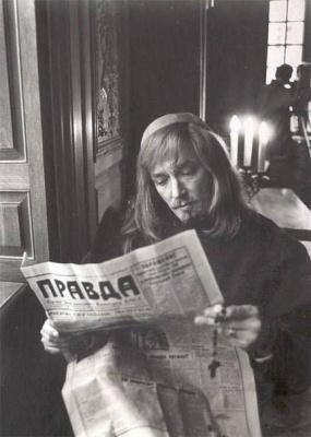 Арамис за чтением газеты Правда
