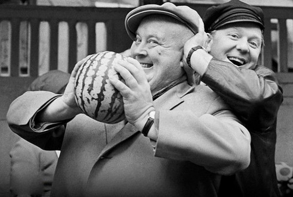 Олег Попов и Евгений Моргунов покупают арбуз, 1968 г