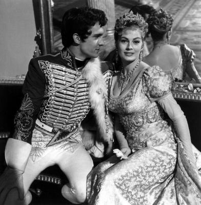 Джереми Бретт в роли Николая Ростова и Анита Экберг в роли Элен Курагиной для фильма «Война и мир» режиссёра Кинга Видора, 1956 год.