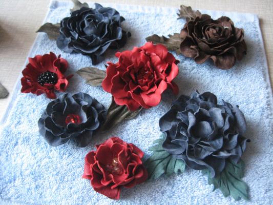 Цветы из кожи (украшения)