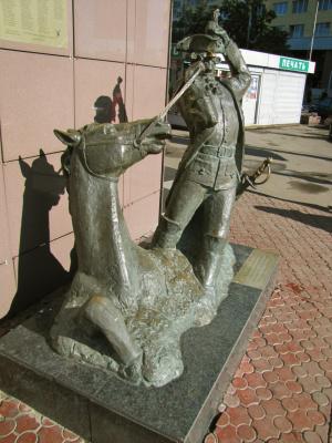 Дагадайтесь, кому установлена эта скульптура?