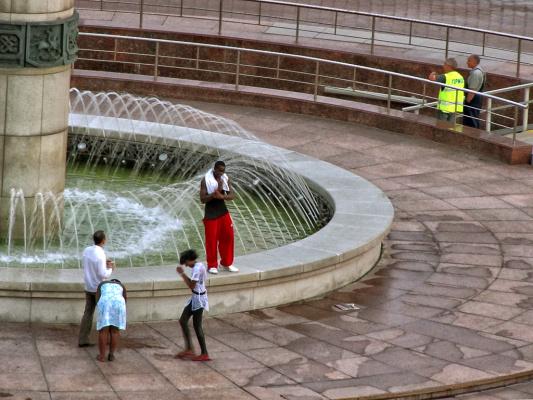 Негры купались и стирались в фонтане, а их оштрафовали и выгнали.