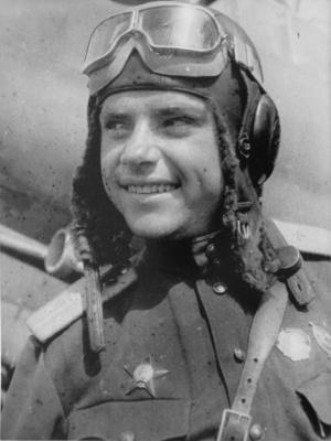 Советский летчик-орденоносец в звании старшего лейтенанта у своего бомбардировщика Пе-2.