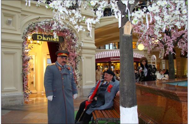 """""""Кремлёвские"""" Ленин и Сталин в ГУМе"""