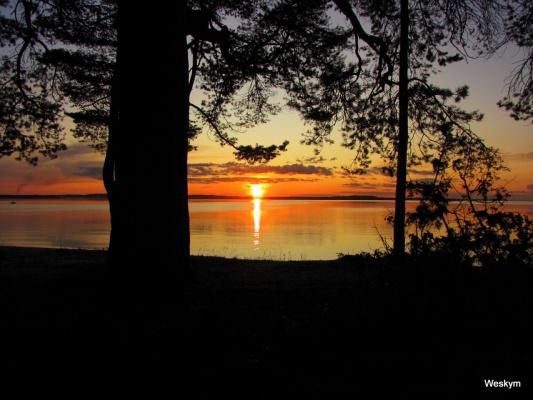 Закат в Карелии на озере.