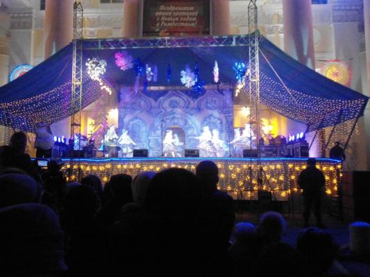 Выступление на сцене на празднике.
