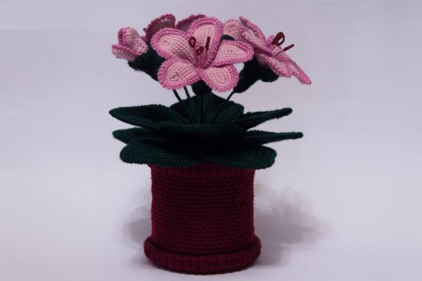 Вязаные цветы в горшочке крючком . Лилия крючком